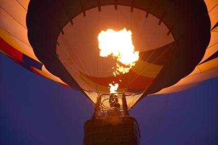 טיסה בכדור פורח - קסם מלכותי ורחש נהמת הדרקונים